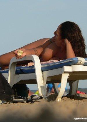 Горячая пышная дамочка в татуировках загорает на пляже и совсем не стесняется обнажаться - фото 13