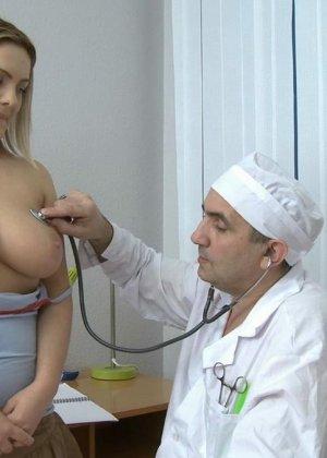 Упитанная блондинка с большими сиськами пришла на прием к терапевту и трахнулась  ним в разных позах - фото 2