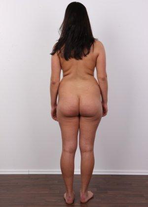 Латинка в первый раз пришла на порно кастинг и была удивлена - фото 10