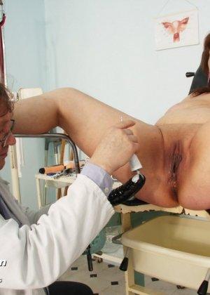 Зрелая Светлана приходит на прием к гинекологу, раздвигает ноги и показывает с себя со всех сторон - фото 15