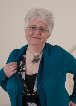 Пожилая женщина не сдает позиции и принимает участие в эротической фотосессии - фото 1