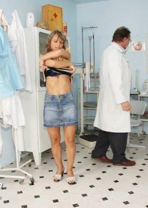 Зрелая Владимира заботится о своем здоровье, поэтому приходит к гинекологу на тщательный осмотр - фото 2