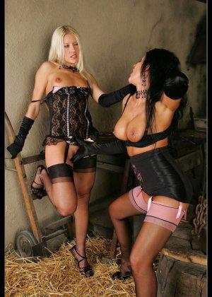 В старом заброшенном сарае две горячих лесбиянки лижут друг другу пизду - фото 12