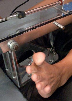 Машина для ебли делает свое дело, пока симпатичная телка стонет от наслаждения - фото 9