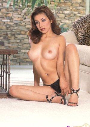 Брюнетка Шанель ласкает свою киску и делает больно, она любит жесткий секс с вибратором - фото 4