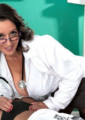 Брюнетка в сексуальном белье и огромными дойками ебется между сисек - фото 4