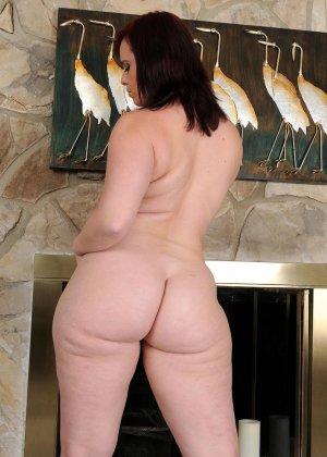 Толстушка очень хочет секса, поэтому вставляет в киску то, что попадается ей под руку - фото 5- фото 5- фото 5