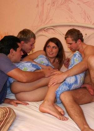 Муж привел домой своих пьяных друзей и попросил жену что бы та сделала им минет - фото 2