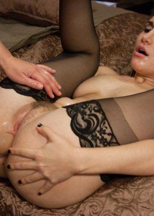 Сексуальные девушки в черных чулочках обожают анальные игры - фото 13