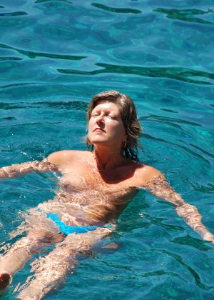 Отдых на море в эротических фото зрелой дамы на крутой фотик - фото 26