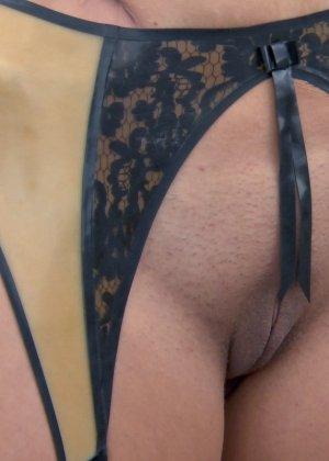 Жопастых телок жестко ебут в горло длинным натуральным членом - фото 10