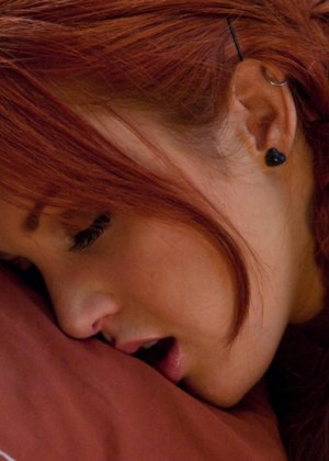 Секс со станком – это любимое занятие похотливой рыжей бабы, она разминает пизду каждый день - фото 8