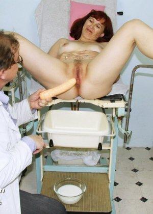 Зрелая женщина приходит на осмотр к гинекологу, а там оказывается мужчина, который вставляет расширитель - фото 12