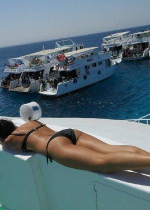 Фото красивых девушек которые отдыхают на море и наслаждаются диким кайфом - фото 29