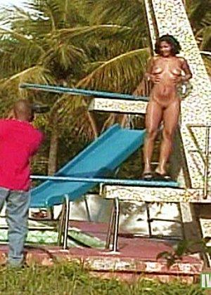 Салон массажа предлагает клиентам не только классический массаж, но и порно у бассейна - фото 1