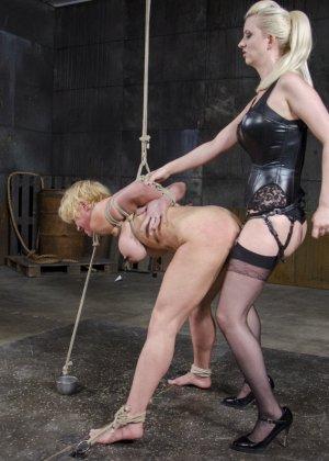 Черри Торн подчиняется роковой женщине, которая очень любит доминировать над связанными девушками - фото 14