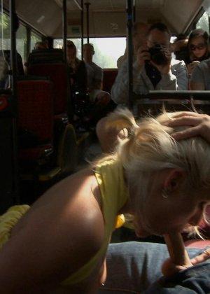 Блондинку ебут на публике в трамвае после длинного рабочего дня - фото 9