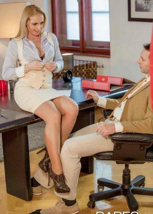 Пышногрудая блондинка так изголодалась по большому члену, что решила трахнуться с менеджером на его рабочем месте - фото 3