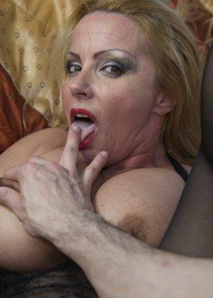 Блондинка с огромными сиськами оказалась профессиональной шлюшкой, которая отлично сосет и трахается во все щели - фото 16
