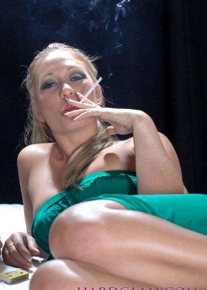 Лесбиянки с сигаретами в руках лижут лысый член паренька - фото 3