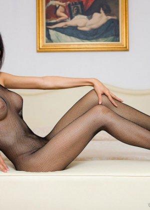 Красивая девушка мастурбирует свою скромную влажную киску - фото 4