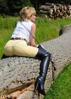 Леди Соня показывает свою задницу в облегающих брюках и поражает объемом груди - фото 4