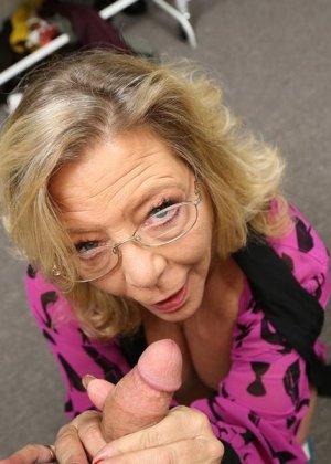 Старая шлюшка Карен с крашеными волосами и торчащими сосками сосет большой хуй как последний раз в жизни - фото 4