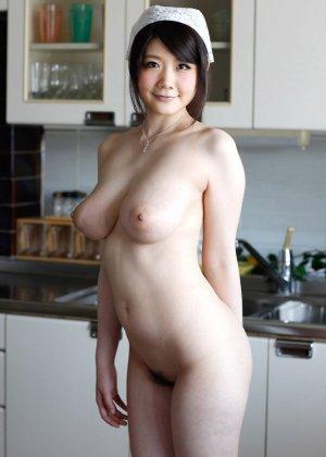 Домашняя работница с большими натуральными дойками снимает с себя одежду - фото 1