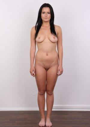 Женщина с темными волосами хвастается гладко выбритой промежностью - фото 11