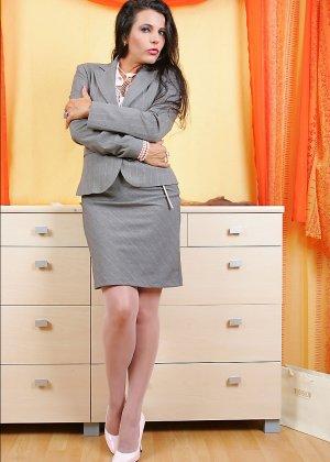 Брюнетка в униформе учительницы переодевает свое влажное нижнее белье - фото 14