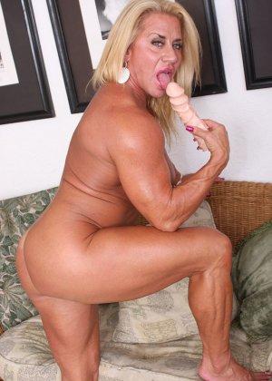 Женщина-бодибилдерша очень напоминает внешне мужчину, но всё же ее нутро говорит о женственности - фото 20