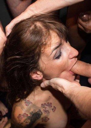 Женщина принимает в ротик несколько членов и с удовольствием оказывается в сперме - фото 5