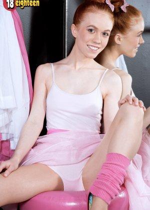 Восемнадцатилетняя длинноволосая балерина показала сиськи и узенькую киску - фото 2