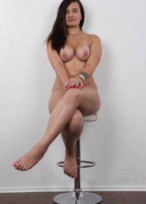 Длинноволосая брюнетка на пробах в секс индустрию показала сиськи - фото 17