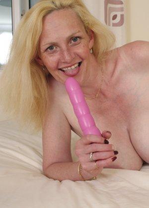 Британская зрелая женщина показывает свое тело, не стесняясь того, что она уже немолода - фото 15