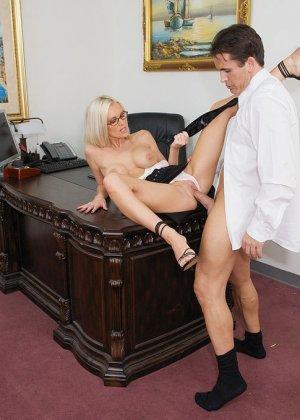 Телка вызывает своего подчиненного в кабинет, она не носит трусов, чтобы ее киску могли обработать без лишней суеты - фото 6