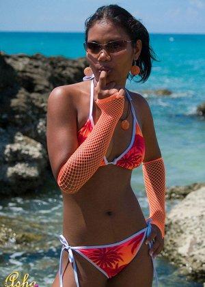 Красивая мулатка на пляже у моря хвастается своей загоревшей грудью - фото 14