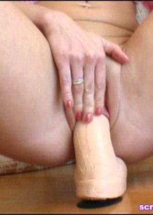 Блондинка облизывает искусственный член и вставляет его во все розовые отверстия в своем теле - фото 7