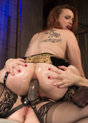 Лесбиянка трахает свою подругу при помощи толстого резинового члена, дамочка орет от удовольствия - фото 6
