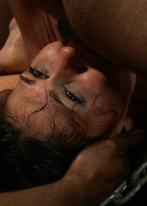 Отчаянная брюнетка соглашается на секс с несколькими мужчинами - ее дерут ее во все щели - фото 15
