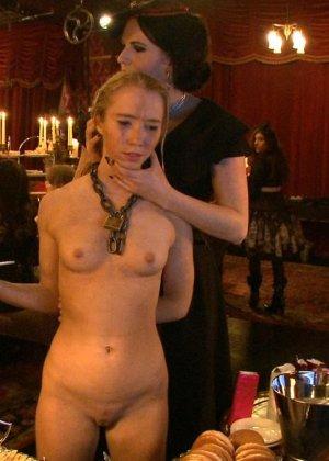 Девушка готова на множество унижений - ей нравятся различные эксперименты со своим телом - фото 2