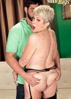 Зрелая проститутка вспоминает свою молодость и скачет на упругом члене брутального парня - фото 10