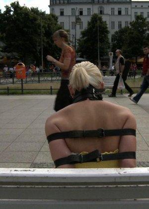 Блондинку ебут на публике в трамвае после длинного рабочего дня - фото 4