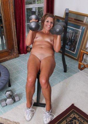 Женщина в зрелом возрасте показывает, как для нее важно сохранять идеальную форму с помощью спорта - фото 5