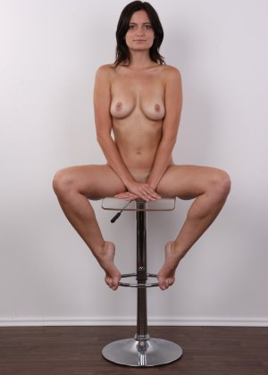 Чешская девушка с упругими сиськами на порно кастинге позирует голенькой - фото 14