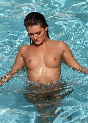 Сексуальная шатенка Эбби Кросс сегодня в ударе – несколько раз мастурбировала себе пизду около бассейна - фото 15