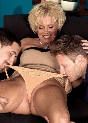 Зрелая белокурая проститутка занимается еблей в два ствола сразу - фото 12