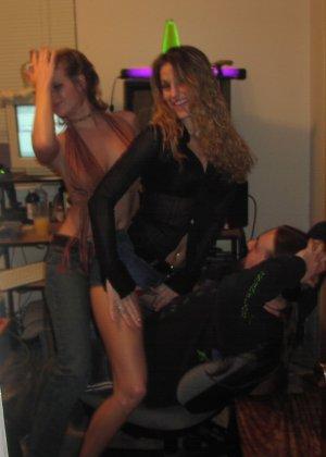 Развратные голые девицы в красивой подборке качественных фото - фото 2