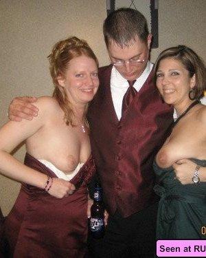 Голые девки развлекаются: играют в бильярд, напиваются в барах и не прочь, чтобы их лапали - фото 15