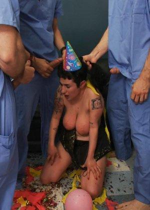 Куча докторов в больнице сексом отметили день рожденье друга - фото 12